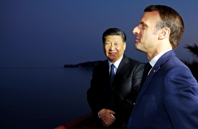 Tổng thống Pháp Emmanuel Macron đón tiếp chủ tịch Tập Cận Bình khi ông đến dự buổi ăn tối ở Villa Kérylos, Beaulieu-sur-Mer, gần Nice, miền nam Pháp. Ảnh tối 24/03/2019.