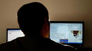 Polícia em ação nos Estados Unidos contra pornografia infantil na internet.