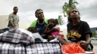 La población evacua las zonas amenazadas poe el ciclón Yasi.