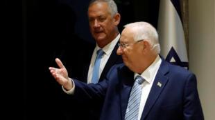 La tâche s'annonce rude pour Benny Gantz (à l'arrière-plan), chargé par le président israélien Reuven Livlin de former un gouvernement.