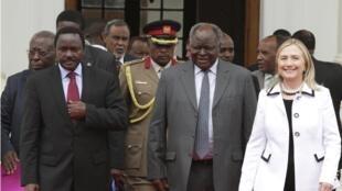 Le président Mwai Kibaki (C),  le vice-président Lakonzo (G) et la secrétaire d'Etat américaine Hillary Clinton, à Nairobi, le 4 août 2012.