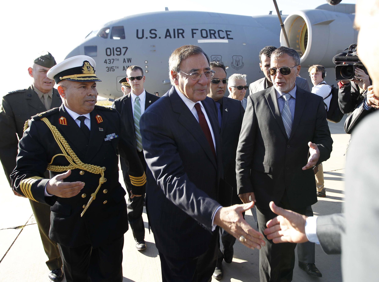 Bộ trưởng Quốc phòng Mỹ  (giữa) tại sân bay Tripoli. Ảnh chụp ngày 17/12/11