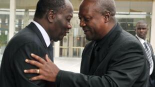 Les présidents ivoirien et ghanéen, Alassane Ouattara et John Dramani Mahama, le 5 septembre 2012 à Abidjan.