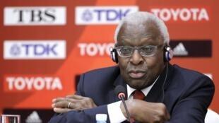 Lamine Diack, l'ancien président de la fédération internationale d'athlétisme est accusé de corruption.