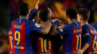 Lionel Messi (Barcelone), au centre, et ses coéquipiers, suite à un but contre Sporting Gijon, le 1er mars 2017.