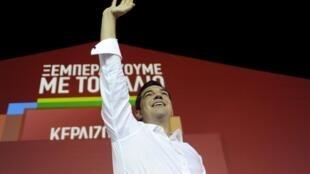 Depois do anúncio do resultado das eleições, Tsipras chegou à sede do Syriza com o braço levantado, em sinal de vitória, e foi aclamado por uma multidão que se encontrava na rua.