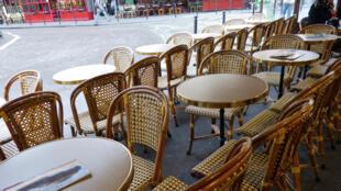 Mesas en la terraza de un café.