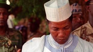 L'ex-président nigérien Ibrahim Baré Maïnassara, décédé en avril 1999, photographié ici pendant une prière, après son élection le 7 juillet 1996.