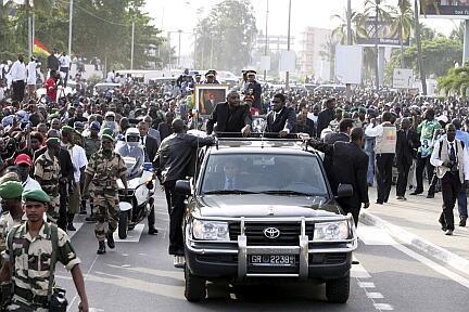 Le cercueil d'Omar Bongo transporté à travers les rues de Libreville, le 11 juin 2009.