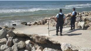 Une patrouille de gendarmes sur la plage Saint-Gabriel au sud de Boulogne-sur-Mer, le 20 août 2020.
