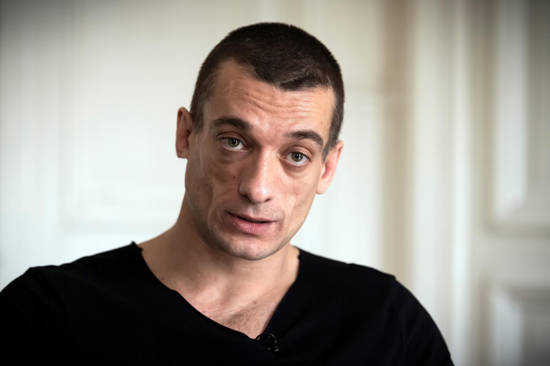 """El artista ruso Piotr Pavlenski, refugiado político en Francia, es investigado por difusión de imágenes sexuales sin el consentimiento de una persona. En 2017 fue detenido tras incendias el Banco de Francia para denunciar el """"sistema bancario""""."""