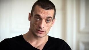 L'artiste russe Pyotr Pavlensky s'exprime lors d'un entretien avec l'AFP dans son cabinet d'avocat à Paris le 14 février 2020. Pavlensky a été placé en garde à vue le 15 février 2020 dans le cadre d'une enquête pour violences le 31 décembre 2019.