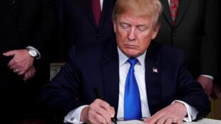 特朗普签署备忘录,宣布对中国产品课征高达600亿美元关税。