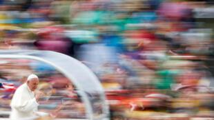 این عکس پاپ فرانسیس به عنوان یکی از بهترین عکسهای سال ٢٠١٨ انتخاب شده است / رویترز / ماکس رُسی