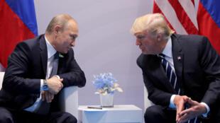 Le président américain Donald Trump et son homologue russe Vladimir Poutine en juillet 2017 à Hambourg en marge d'un sommet du G20.