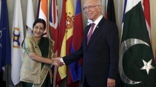 Cố vấn Ngoại giao của thủ tướng Pakistan (phải) tiếp Ngoại trưởng Ấn Độ tại Islamabad ngày 09/12/2015.