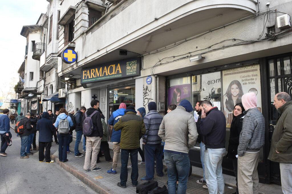 La foule, prête à se ruer sur les guichets à l'ouverture, le 19 juillet 2017 à Montevideo, pour le lancement de la vente de cannabis via les pharmacies en Uruguay.