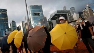 2019年,港人又拿出了标志着2014年雨伞运动的黄雨伞,反对港府修订《逃犯条例》,允许香港向中国内地引渡嫌犯。摄于2019年7月1日