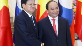 Thủ tướng Lào Thongloun Sisoulith (trái) và đồng nhiệm Việt Nam Nguyễn Xuân Phúc tại Hà Nội, 15/05/2016.