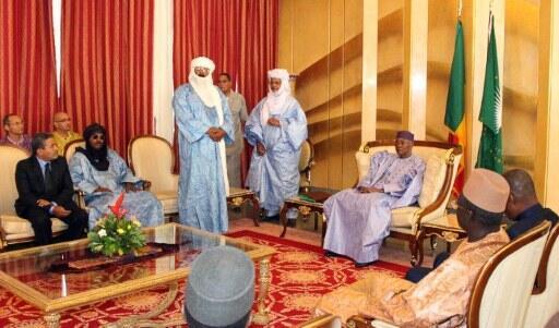 Amadou Toumani Touré (D) avec les représentants du groupe armé touareg de retour de Libye. Bamako, 3 décembre 2011.
