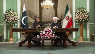 حسن روحانی رئیس جمهوری اسلامی ایران و عمران خان نخست وزیر پاکستان در کنفرانسی خبری در تهران