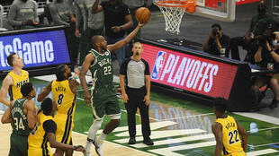 Khris Middleton, de los Milwaukee Bucks, anota una canasta en el partido del sábado ante los Miami Heat.