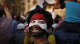 Un jeune garçon, le visage peint aux couleurs du drapeau égyptien, lors d'une manifestation anti-Morsi sur la place Tahrir, le 4 juillet 2013.