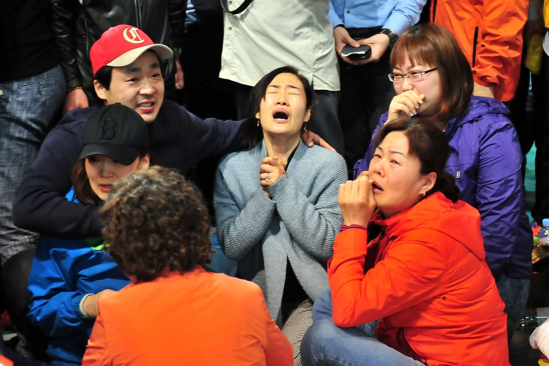 Les proches des disparus attendent des nouvelles des leurs, 24 heures après le drame.
