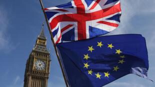 La bandera de la Unión Europea y la de Reino Unido, en Londres, el 25 de marzo de 2017