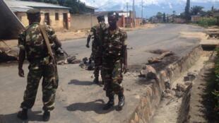 Dans le quartier de Musaga, à Bujumbura, des militaires intervenant pour dégager une barricade, le 15 mai 2015.
