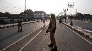 Un soldat indien monte la garde le 5 août dans une rue de Srinagar, capitale d'été du Jammu-et-Cachemire, sous couvre-feu.