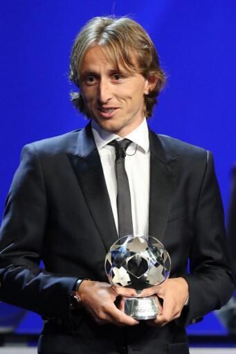 Luka Modric ao receber o troféu de melhor futebolista do ano da UEFA no Mónaco a 30 de Agosto de 2018.