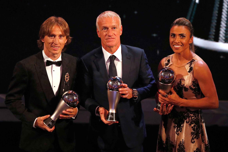 O croata Luka Modric, o técnico francês Didier Deschamps e a brasileira Marta, o trio de ouro do futebol mundial segundo a Fifa em 2018.