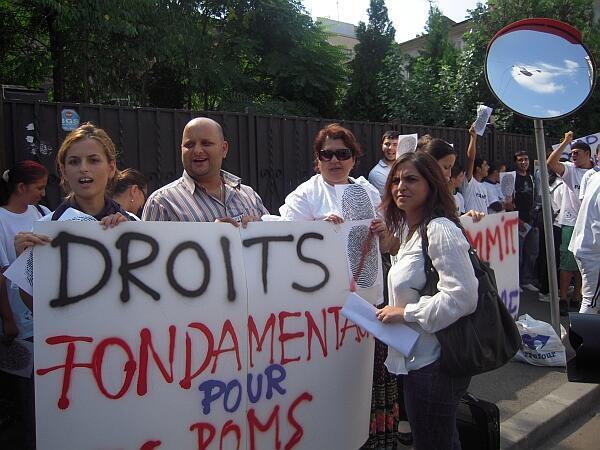 Manifestação de ciganos em frente da embaixada francesa em Bucareste, 6 de setembro de 2010