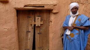 Un guide mauritanien en tenue traditionnelle, (janvier 2010).