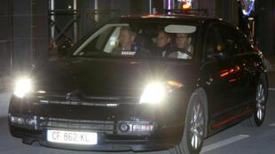 Nicolas Sarkozy a sair da polícia judiciária de Nanterre, na noite de 21 de Março, após ter sido constituído arguido.