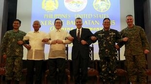 Các chỉ huy Philippines - Hoa Kỳ chụp ảnh nối vòng tay để thể hiện sự đoàn kết, trong nghi thức khai mạc cuộc tập trận Balikatan, Trại Aguinaldo, Manila, 15/04/2015.