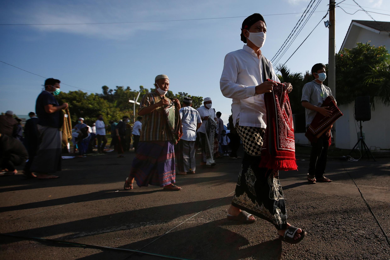 Des Indonésiens s'apprêtent à accomplir la prière de l'Aïd ce dimanche 24 mai 2020.