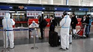 Kiểm tra y tế tại sân bay quốc tế Bắc Kinh, Trung Quốc, ngày 16/03/2020