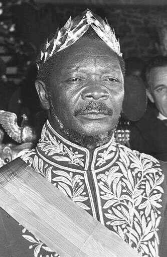 Jean-Bedel Bokassa se couronne lui-même Empereur le 4 décembre 1977. Pour l'occasion, il revêt le costume que le Maréchal Ney portait lors du sacre de Napoléon Ier !