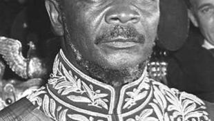 Jean-Bedel Bokassa se couronne lui-même Empereur, le 4 décembre 1977. Pour l'occasion, il revêt le costume que le Maréchal Ney portait lors du sacre de Napoléon Ier !