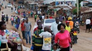 Des habitants du bidonville de Kibera, à Nairobi, le 27 mars 2020. (Photo d'illustration)