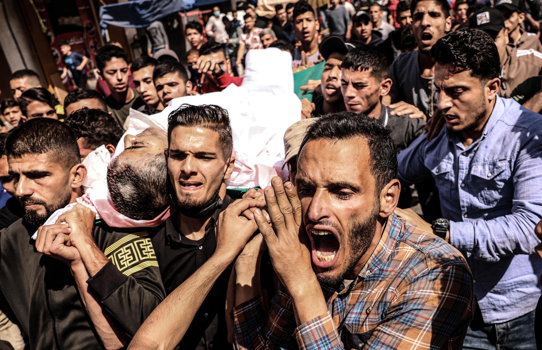 Masu makoki dauke da gawar Majd Abu Saadahthe, ba Falasdine da da Isra'ila ta hallaka a yankin Gaza