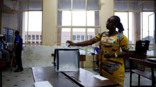 Une femme vote dans un bureau de vote à Kinshasa, le 30 décembre 2018.