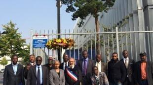 Diáspora guineense reunidos na avenida Amílcar Cabral, em Paris, para assinalar o 41º aniversário da independência da Guiné-Bissau