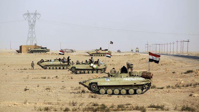 Forças iraquianas, apoiadas por paramilitares, avançam no deserto para eliminar últimos redutos do grupo EI na província de Al-Anbar.