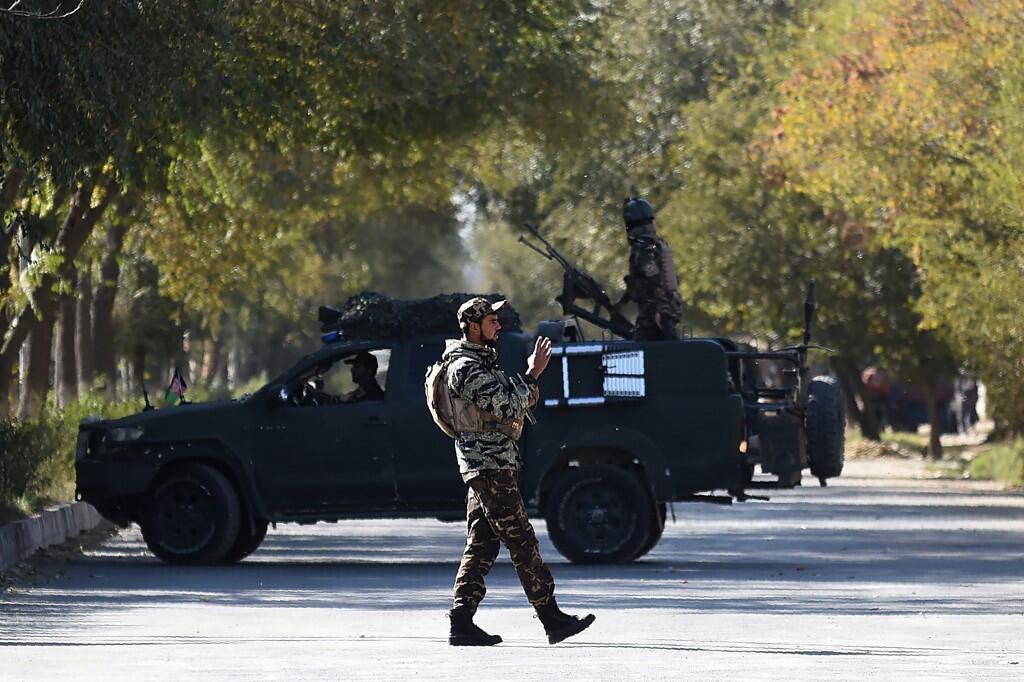 Askari akitoa ulinzi nje ya Chuo Kikuu cha Kabul, Novemba 2, 2020.