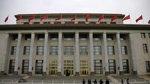 2013年3月2日,中国人大、政协两会召开前,在会场北京人民大会堂前巡逻的解放军士兵。