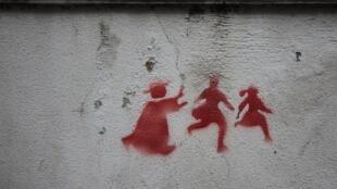 Tranh trên một bức tường ở Lisboa, Bồ Đào Nha, vẽ cảnh một tu sĩ đang truy lùng trẻ em