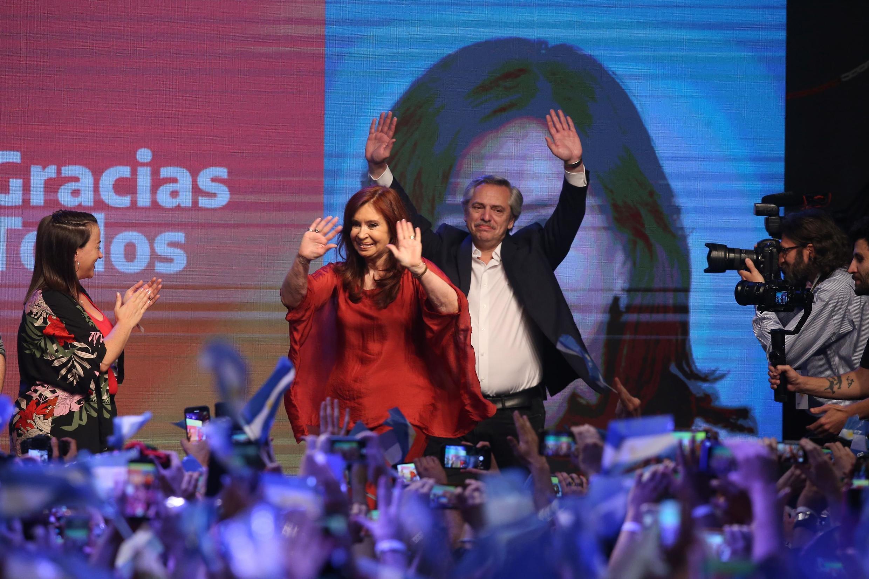 Alberto Fernández e a ex-presidente Cristina Kirchner após a vitória no 1° turno, neste domingo, em Buenos Aires.